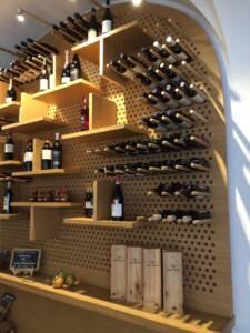 """En direct d'un restaurant milanais, un mur porte bouteille tendance """"atelier"""""""