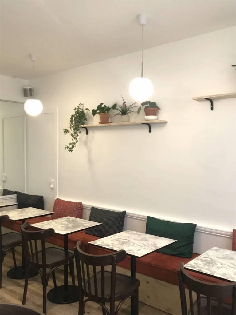 Restaurant Bienvenue à Nantes - Les tables avec leurs coussins confortables, par Amélie Beaumont, Décoratrice UFDI à Nantes et Pays de Loire 44