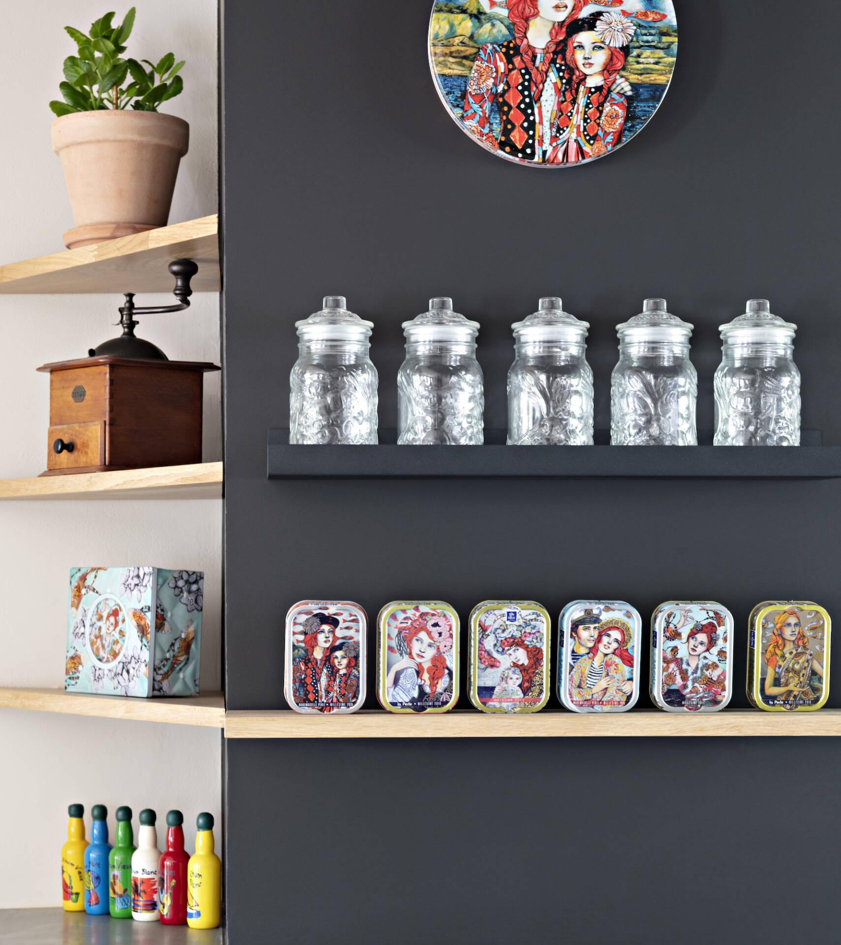 Détails des étagères décoratives de la cuisine, par Amélie Beaumont, Décoratrice UFDI à Nantes et Pays de Loire 44