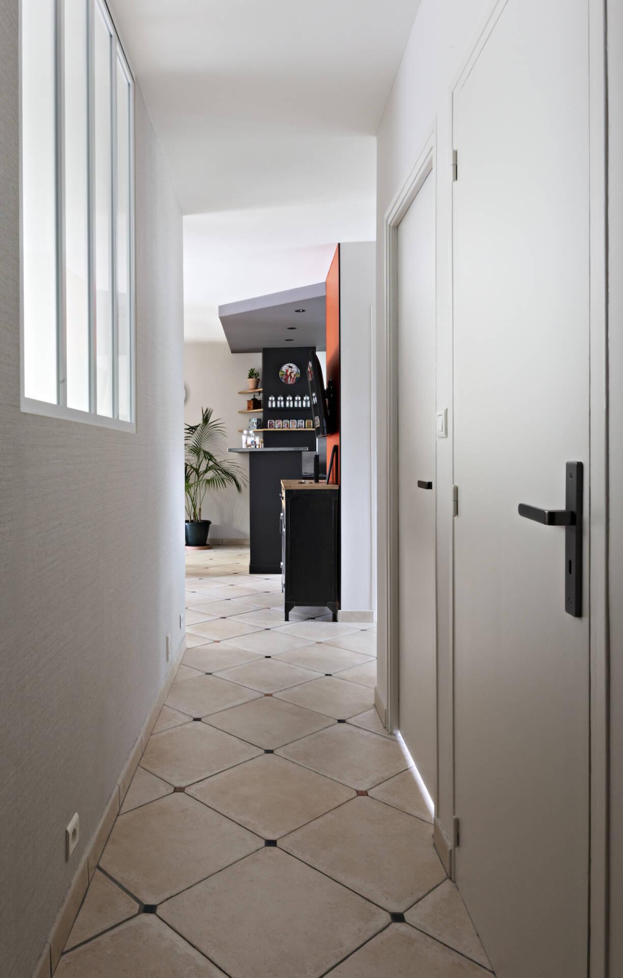 Le couloir qui mène à la cuisine, par Amélie Beaumont, Décoratrice UFDI à Nantes et Pays de Loire 44