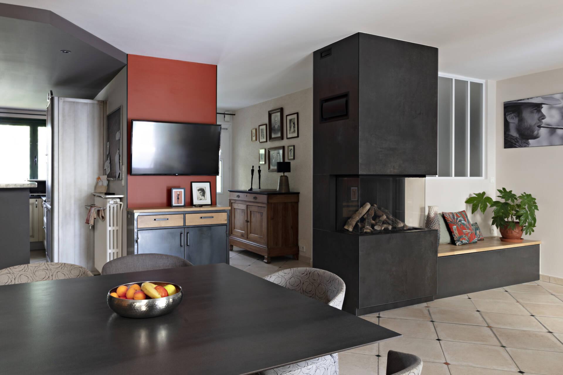 Vue de la salle à manger avec la cheminée, par Amélie Beaumont, Décoratrice UFDI à Nantes et Pays de Loire 44