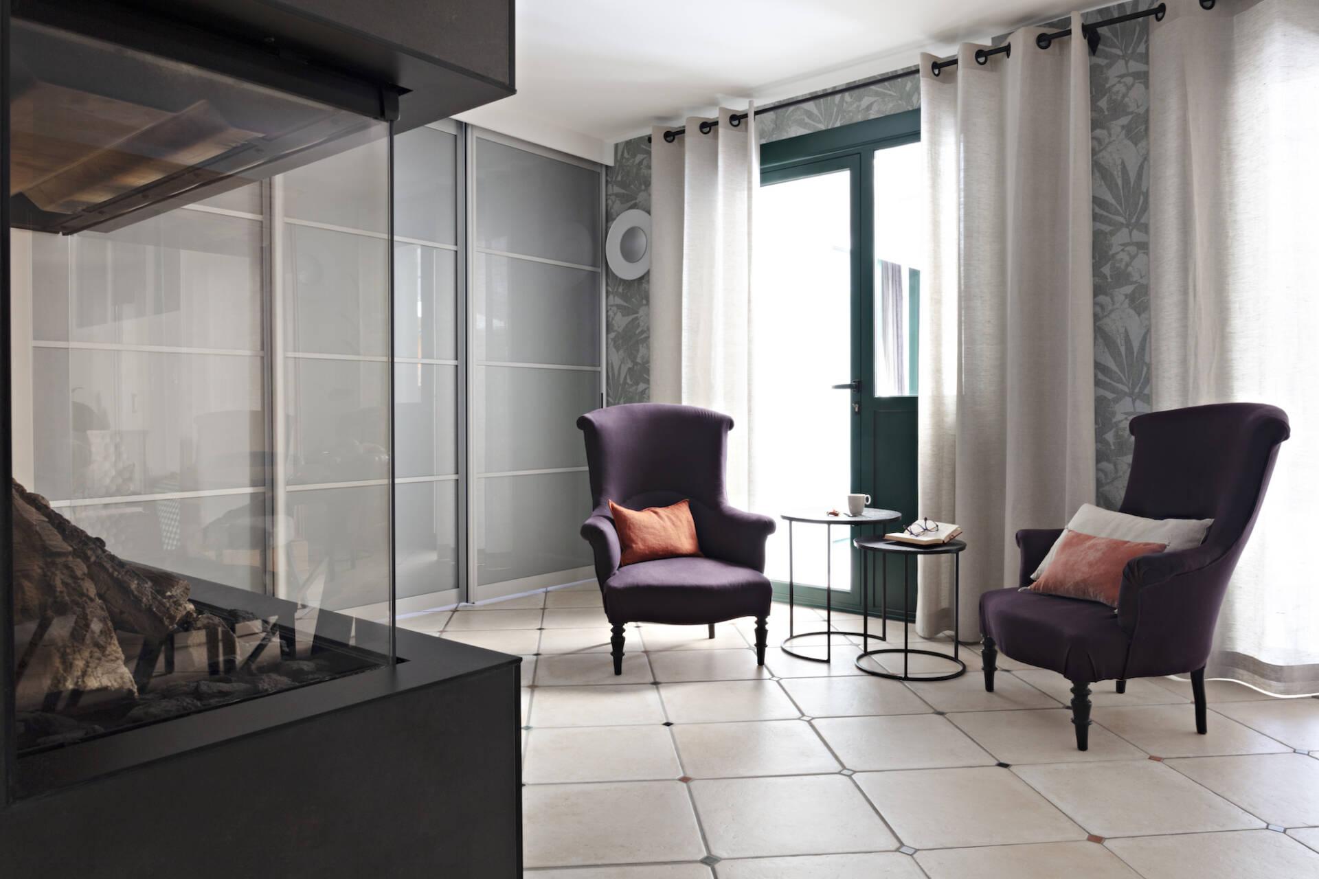 Vue du foyer de la cheminée vers les fauteuils de style retapissés, par Amélie Beaumont, Décoratrice UFDI à Nantes et Pays de Loire 44
